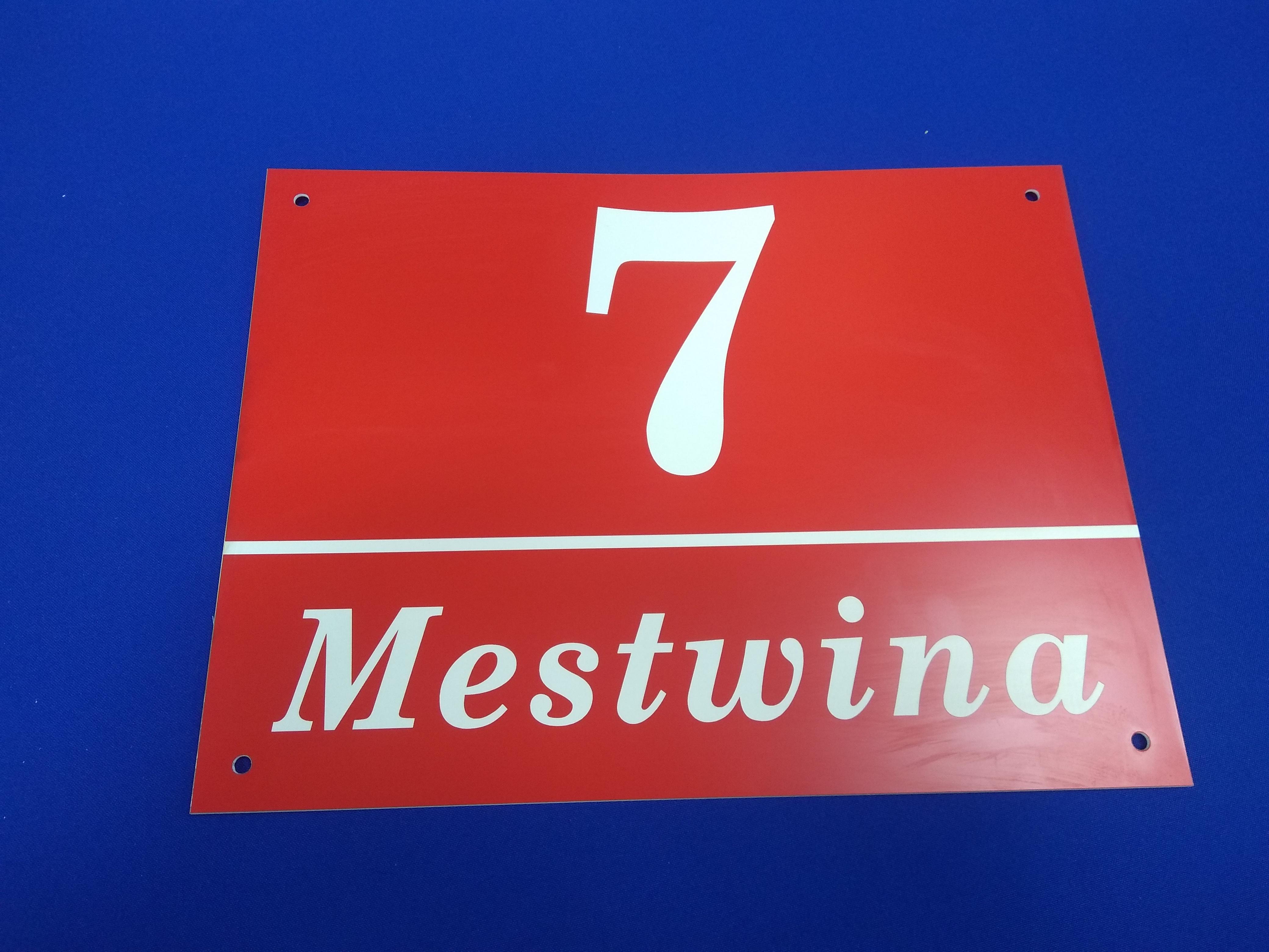 Tabliczka z numerem domu i nazwą ulicy wykonana z laminatu grawerskiego.