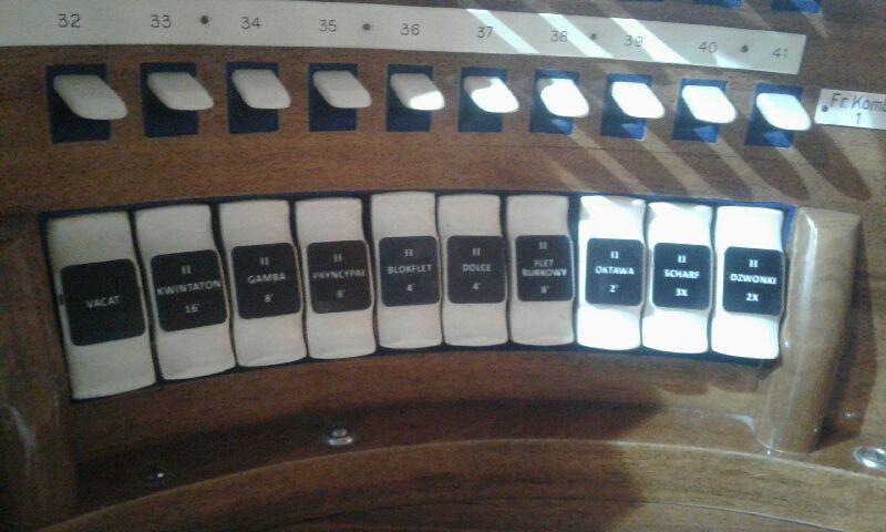 Guzki z laminatów grawerskich, które mogą służyć do różnych urządzeń.
